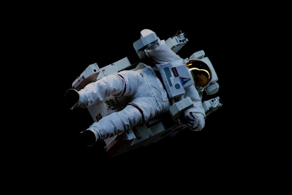 astronaute-dans-espace-confinement